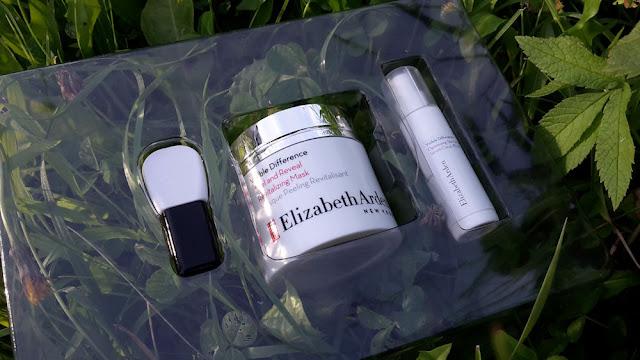 aplikátor, maska a sérum Visible Difference od Elizabeth Arden z darčekového balenia