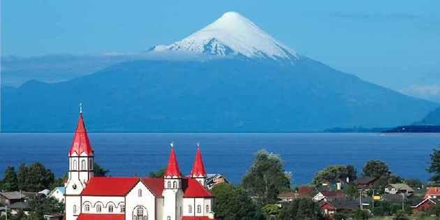 Vista general iglesia y volcán