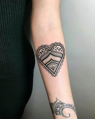 Mandala en forma de corazón en antebrazo