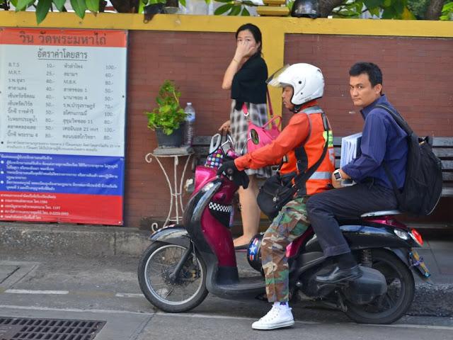 Bangkok là một thành phố đông đúc và nổi tiếng với nạn kẹt xe trầm trọng, nhất là những giờ cao điểm. Vì thế xe ôm là phương tiện nhanh và được sử dụng phổ biến ở đây. Bạn có thể tìm thấy nhiều xe ôm đứng đón khách tại các điểm du lịch, tham quan, nơi đông du khách. Nhớ trả giá rõ ràng trước khi xuất phát. Tiền công trả cho người lái phụ thuộc và độ dài của quãng đường những cũng đắt gần bằng đi taxi.