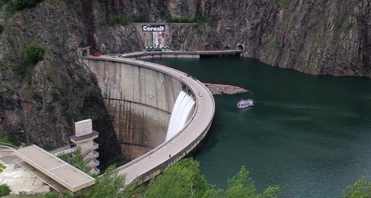 Lacul şi barajul Vidraru pe Transfăgărăşan