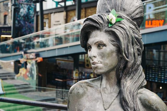 ステーブルズ・マーケット(Stables Market)|エイミー・ワインハウスの像(Amy Winehouse Statue)