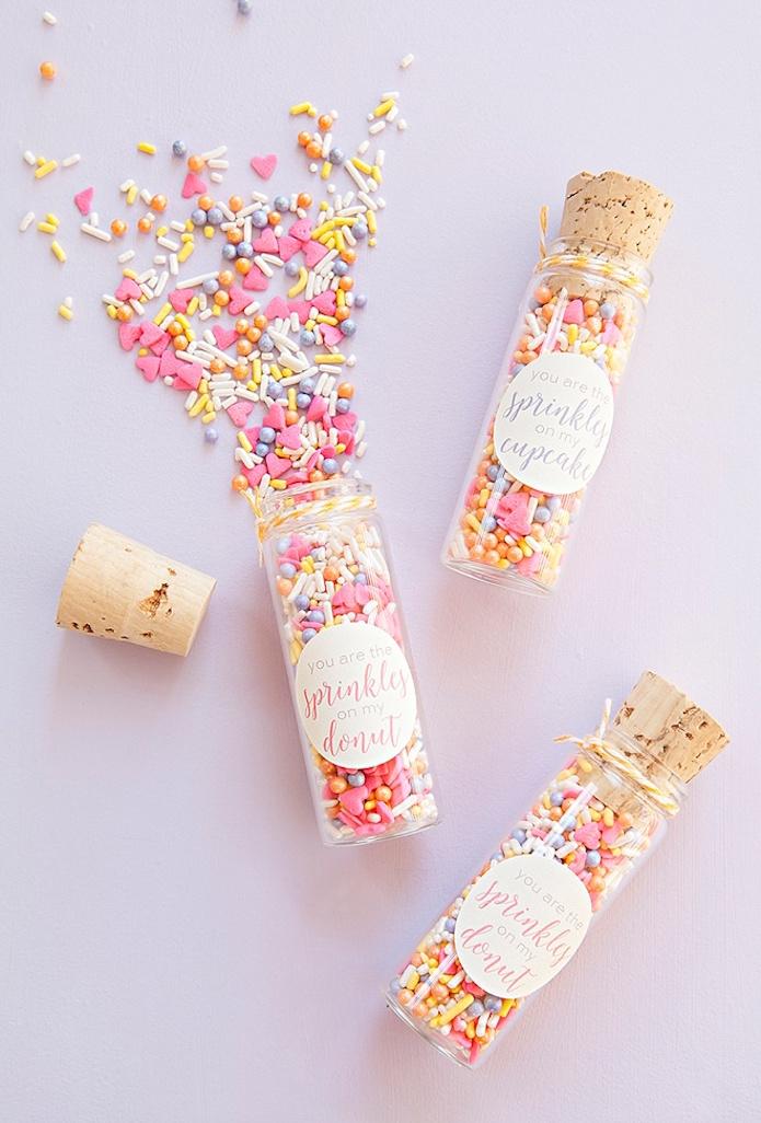 pequeños virales rellenos de azucarillos de colores para regalar en eventos