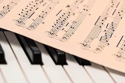 Partitura sobre un piano