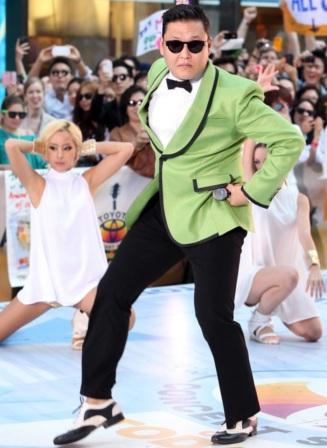 Foto de PSY bailando en el escenario