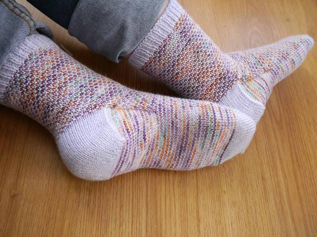 vue de dessous chaussettes au tricot, modèle Broken Seed stitch socks