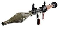 Omuzdan atılan bir roketatar silahı