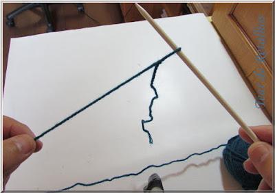 Foto mostrando um nó corrediço colocado na agulha de tricô, o primeiro ponto da montagem à francesa.