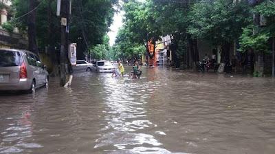 Nhiều tuyến đường ở Tp Phủ Lý bỗng chốc thành sông sau trận mưa lớn
