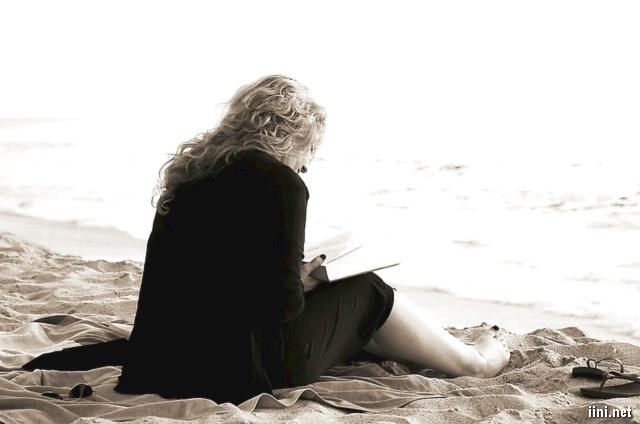 ảnh người phụ nữ đọc sách bên bờ cát