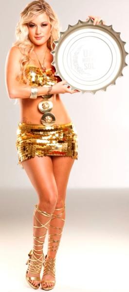 Foto de Leslie Shaw con vestimenta dorada