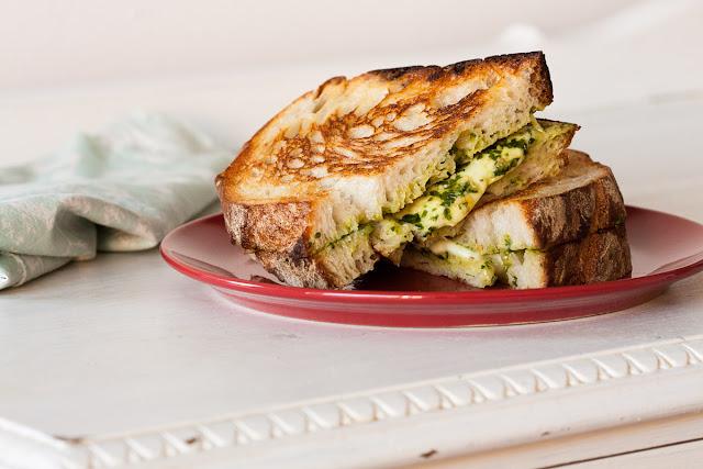 Topli sendvič sa mocarelom i pestom od bosiljka
