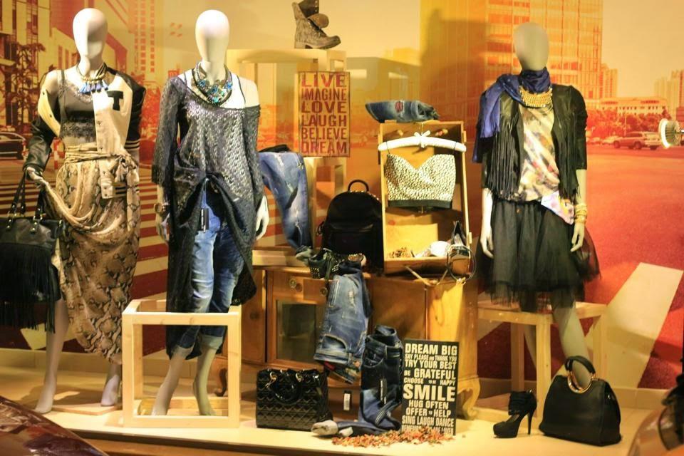 Ένα νέο κατάστημα με μια μεγάλη γκάμα προϊόντων (παπούτσια 88af1a89cdc