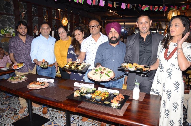 एनजेपी के प्रबंध निदेशक वरुण अग्रवाल, एनजेपी लुधियाना के फ्रेंचाइजी भागीदारों गुरिंदर सिंह, हरीश शर्मा और राजीव गांधी के साथ लॉन्च के दौरान