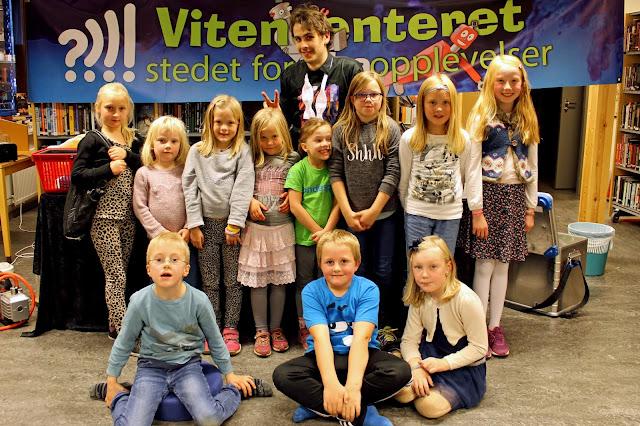 Forsker-Frederic med nokre av fansen i Skjåk. Foto: Sigrun Eide