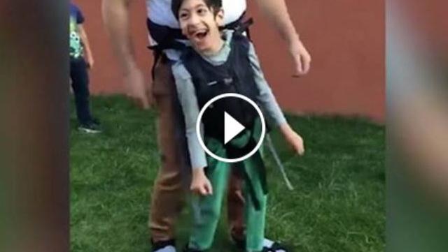 VIDEO: Tidak Ingin Kecewakan Anaknya Yang Lumpuh Untuk Main Bola, Sang Ayah Lakukan Ini