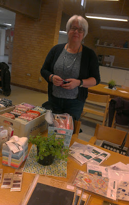 Anne med lidt lækkerier til salg