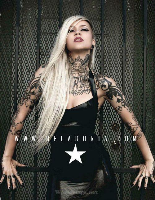 foto de modelo con tatuaje de piramide en el cuello