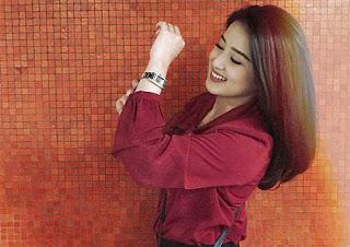 Rosiana Dewi Pakai Jam Tangan
