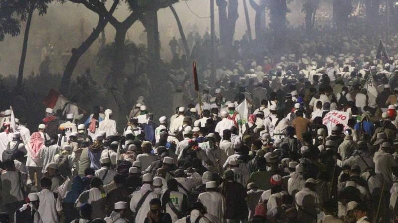 Suasana demo 4 november di Jl Medan Merdeka Barat saat polisi menembakkan gas air mata