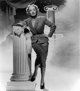Марлен Дитрих в костюме от Кристиана Диора. «Страх сцены». 1950