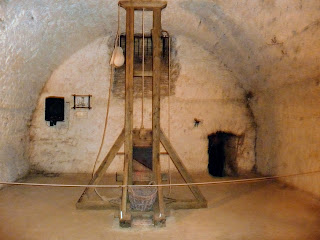 Дубно. Замок. Средневековая пыточная. Гильотина