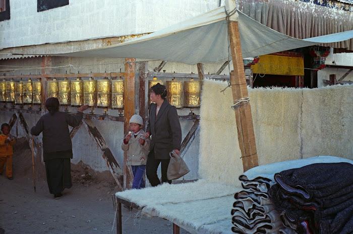 Tibet, Lhassa, Barkhor, moulins à prières, © L. Gigout, 1990