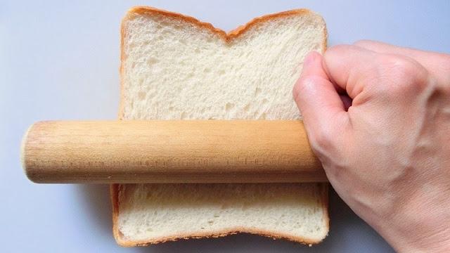 8枚切り食パンを麺棒などで押しつっぶしながら平らにする。