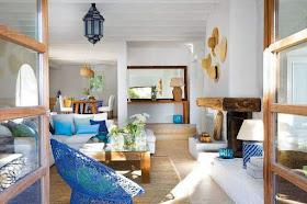casa de praia elementos naturais decorada em tons de azul e materiais naturais