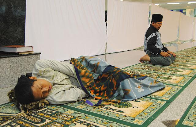 Ketiduran saat Shalat tidak membatalkan Wudhu