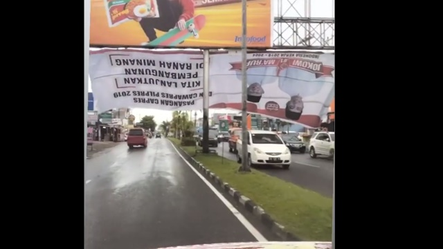 Habis Hujan, Baliho Besar Jokowi - Ma'ruf Terbalik di Padang