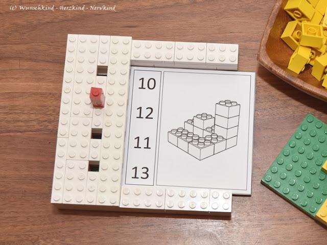 Lernen mit Lego: Mit einem Stöpselkasten ist durch die eingebauet Fehlerkontrolle ein selbstständiges Arbeiten möglich, kombiniert mit den Würfelgebäuden ein wundervolles Material zum Erlernen von Mengen, Zahlen, räumliches Vorstellungsvermögen und Konzentration.