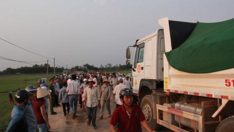 Quảng Ngãi Dân bức xúc chặn xe chở đất gây bụi, tông chết người