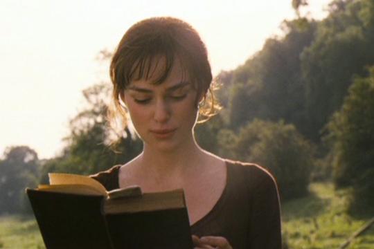 Elizabeth Bennet (Keira Knightley) leyendo en Orgullo y prejuicio - Cine de Escritor