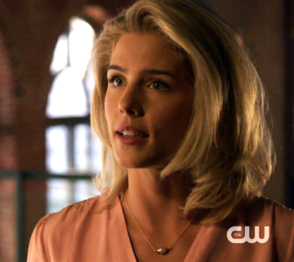 pearl necklace felicity smoak