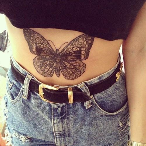 Una mujer con un tatuaje tapando sus estrias