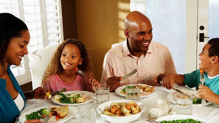 Family having a healthy breakfast