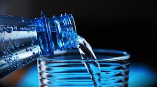 Descobertas científicas recentes detectaram plástico em água engarrafada.
