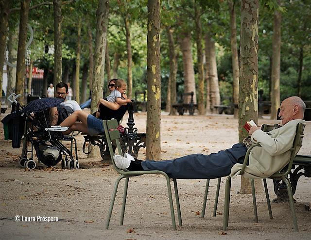 Homem lendo no Luxembourg, Paris © Laura Próspero