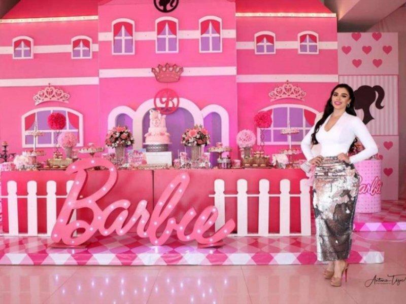 """Así fue la excéntrica fiesta de cumpleaños de las hijas de """"El Chapo"""" al estilo Barbie."""