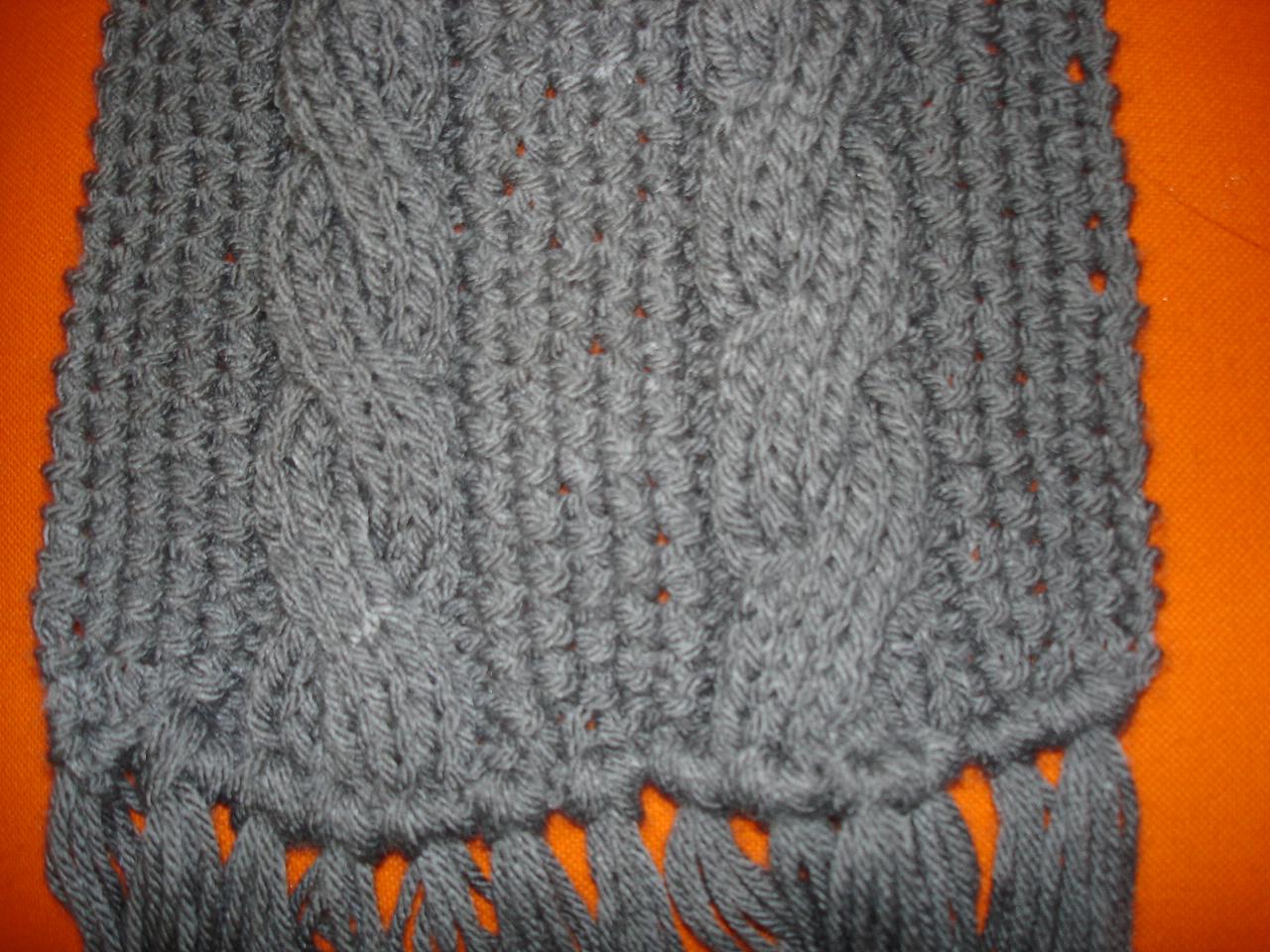 Aquí muestro una bufanda realizada en punto arroz y dos columnas de  trenzas. El gorro lleva la misma puntada 1440c2e2dd00