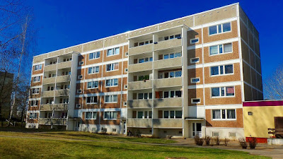 A picture of an apartment building.