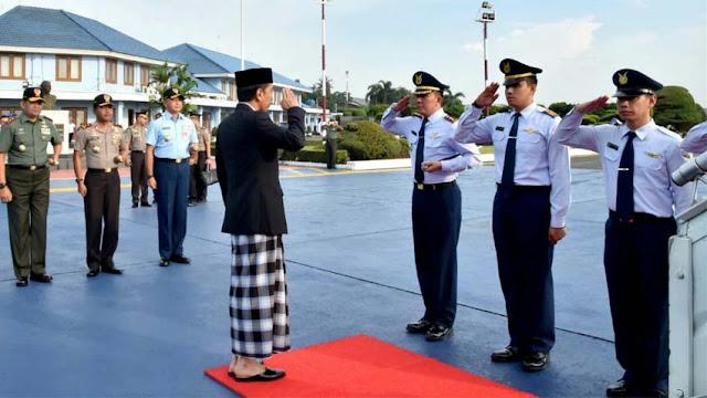 Presiden Jokowi sebelum berangkat kunjungan kerja di Bandara Halim Perdanakusuma, Jakarta.