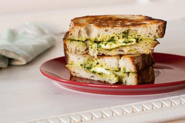 Brzi sendvič sa mocarelom i domaćim pestom od bosiljka