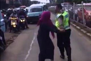 Perseteruan dan konflik yang melibatkan pengguna jalan Dora Natalia dan seorang Polantas Aiptu Sutisna telah terlanjur menjadi viral di media sosial emosi Dora meluap ketika laju kendaraannya mendadak dihentikan dan kunci mobilnya disita petugas