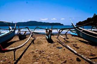 Lokasi Pantai Rajegwesi ini yang berada di tengah-tengah wilayah perkampungan nelayan. Hal ini karena memang sebagian besar penduduk disekitar Pantai Rajegwesi berkerja sebagai nelayan.
