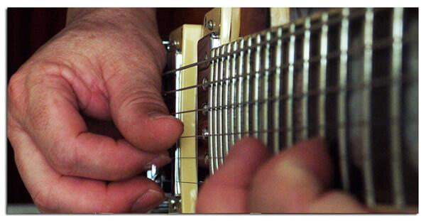 Apagar las Cuerdas de la Guitarra para Reducir Ruidos al Ejecutar Bendings