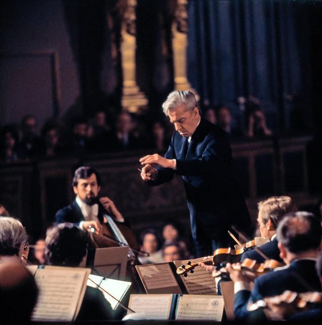 Ein Dirigent vor einem Orchester