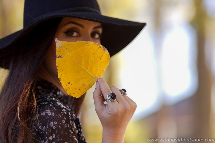 Blogger influencer de moda de Valencia con Maquillaje ojos bonito y Sombrero fedora Anillos look boho chic
