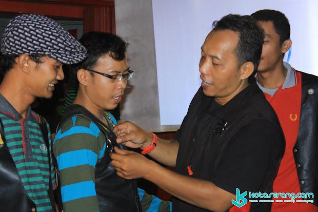 Penyerahan PIN Ketua Secara simbolis pada acara Serah Terima Jabatan Kepengurusan Brother's Vespa Community